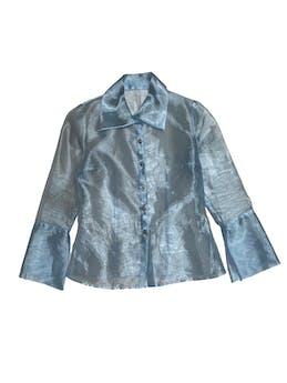Blusa de organza celeste, maxi cuello y puños, botones delanteros y tiene pinzas. Busto 98cm foto 1