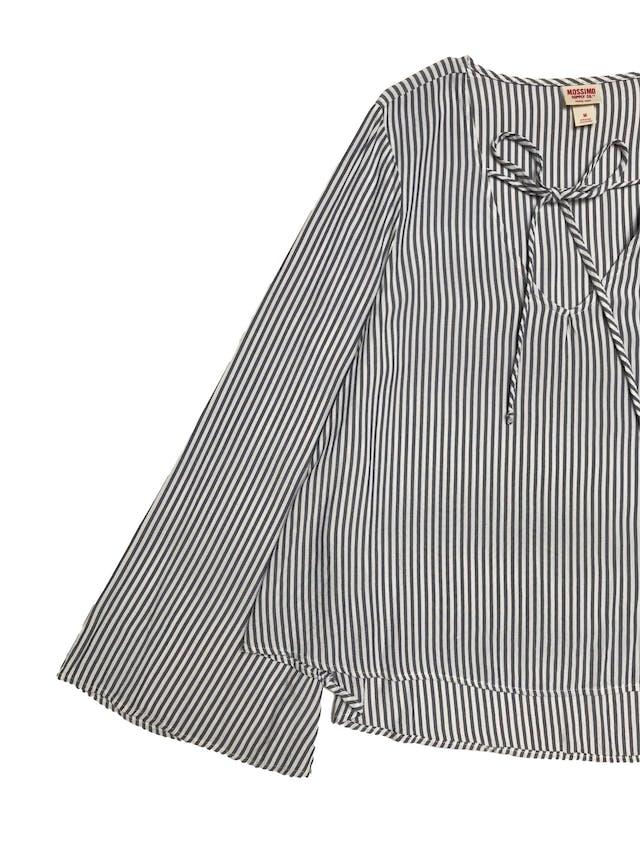 Blusa Mossimo a rayas blancas y azules, escote en V con pasador y mangas campana, 100% rayon fresco. foto 2
