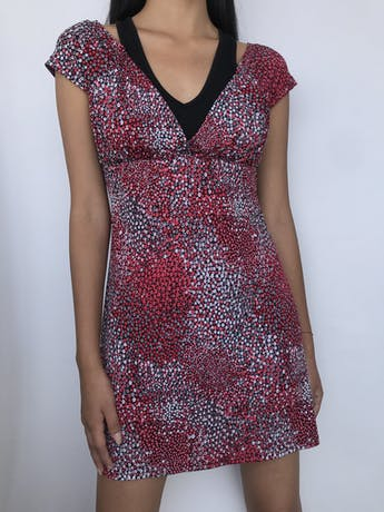 Vestido Vornas Paris negro con estampado de florcitas rojas y blancas, tela tipo lycra con top interior, tira para amarrar en la cintura. Largo 82 cm foto 1