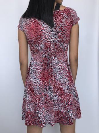 Vestido Vornas Paris negro con estampado de florcitas rojas y blancas, tela tipo lycra con top interior, tira para amarrar en la cintura. Largo 82 cm foto 2