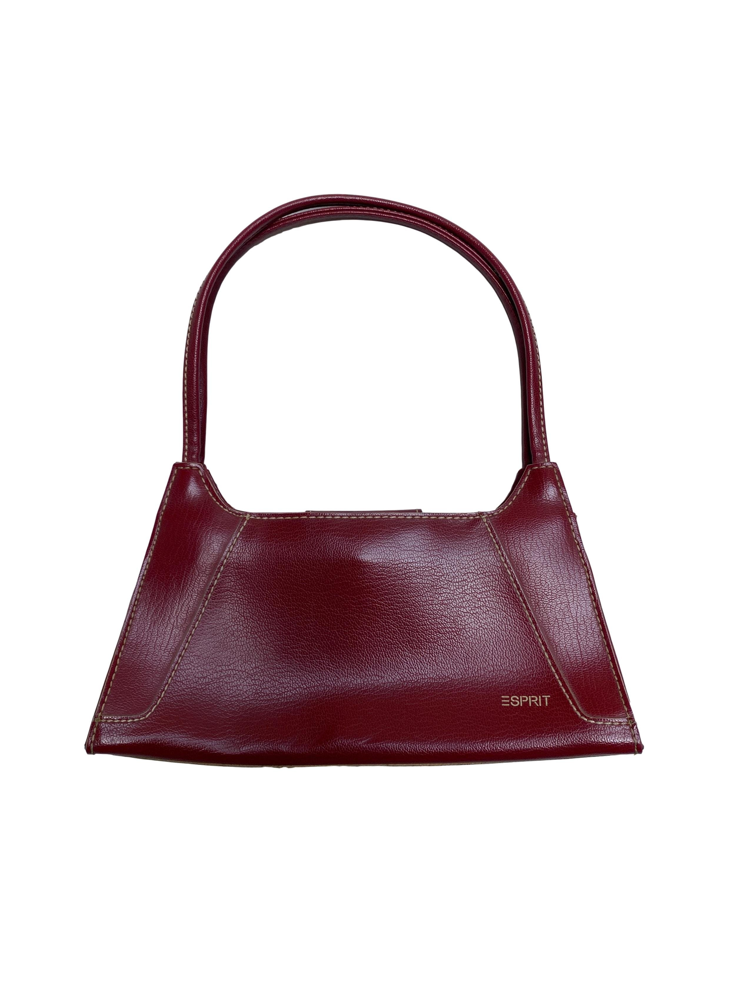 Baguette bag Esprit de polipiel guinda y costuras crema, forro interior y cierra con broche imantado. Medidas 25x14x5cm