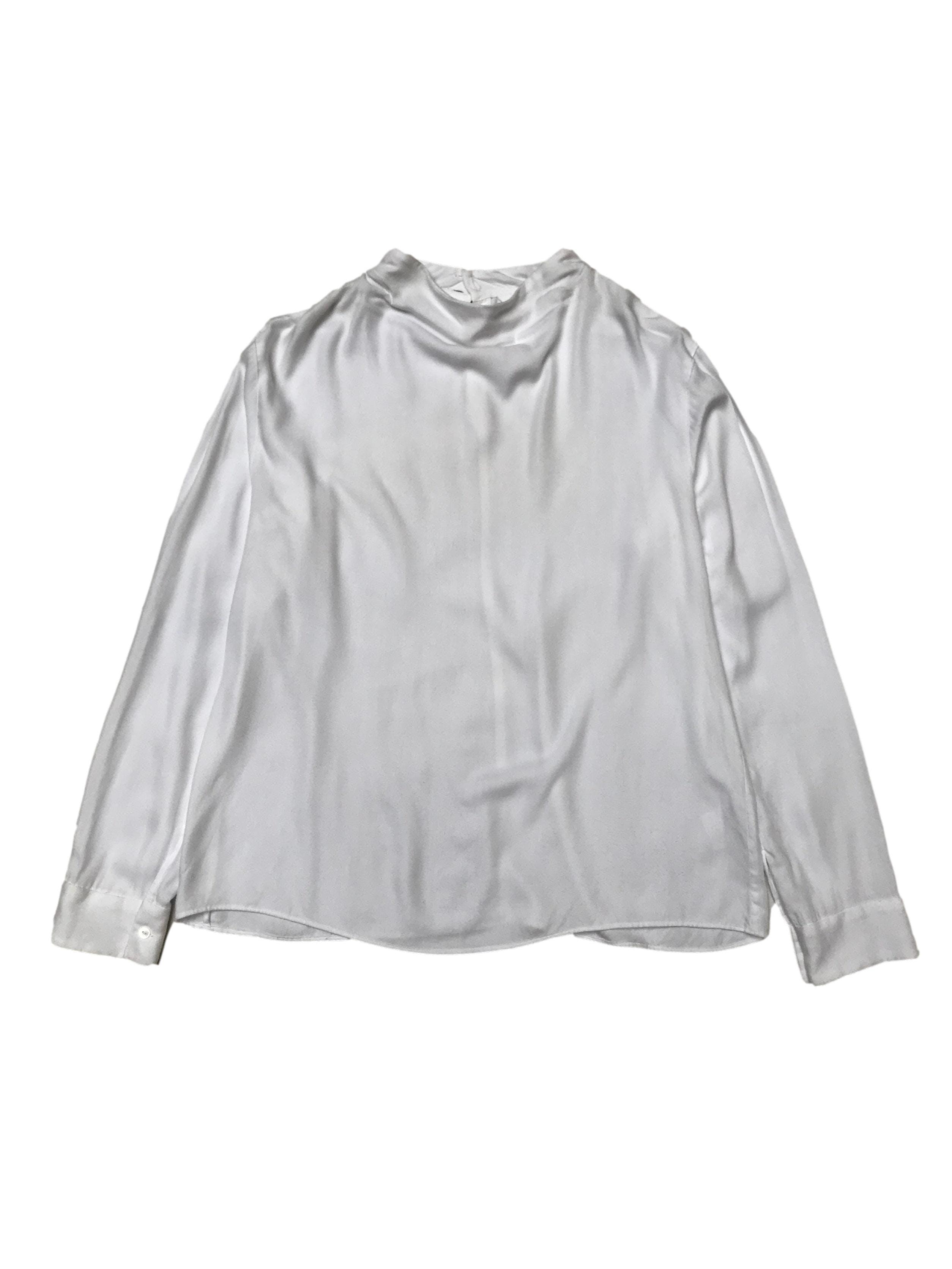 Blusa Uniqlo 100% rayón blanco con botones posteriores en el cuello.