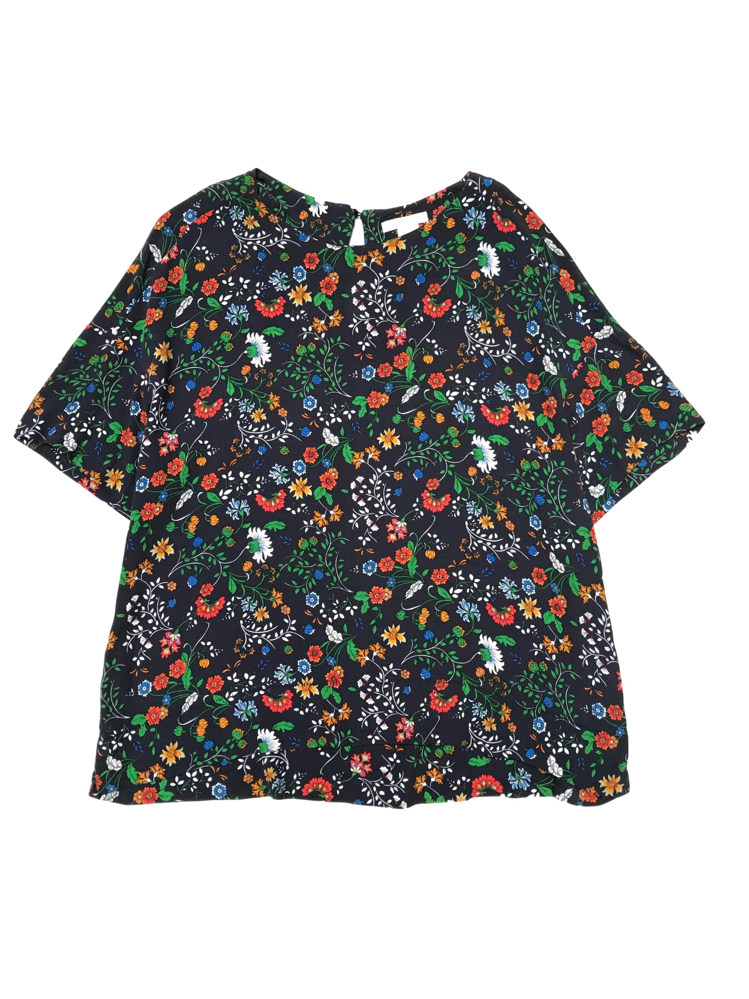 Blusa H&M azul con print de flores y lleva botón posterior en el cuello, es suelta