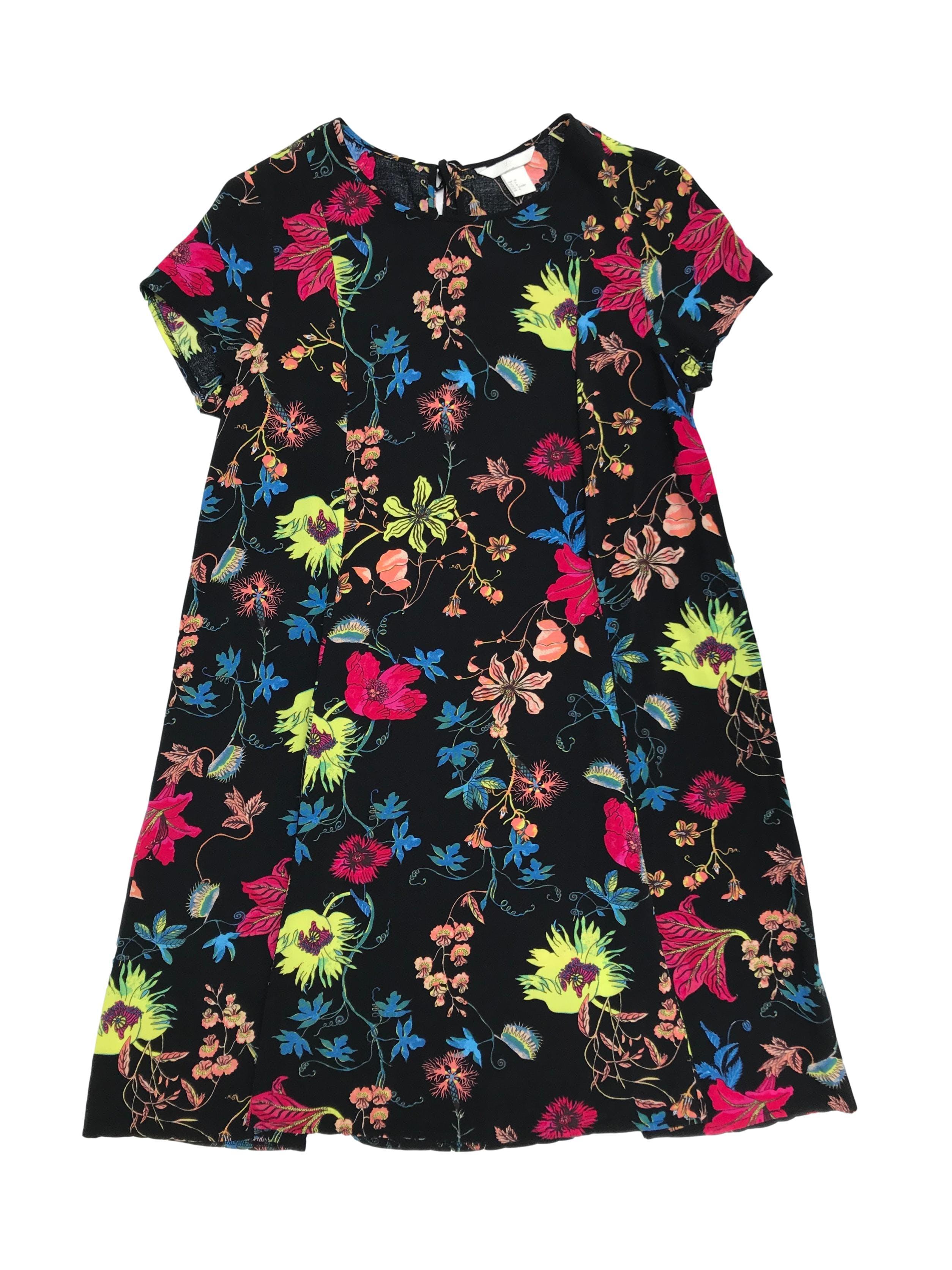 Vestido H&M negro con estampado de flores, pasador posterior en el cuello y corte en A, tela fresca. Largo 88cm