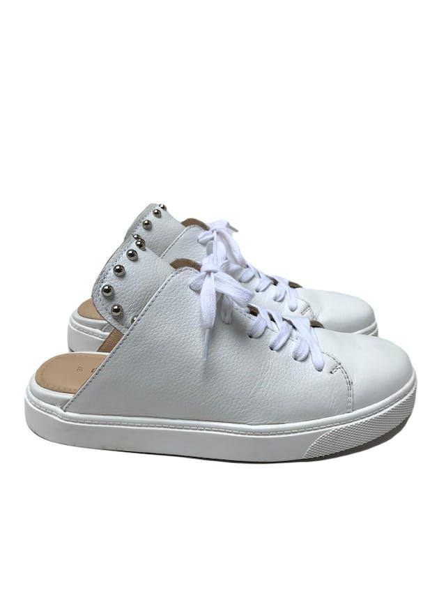 Slippers Donna Cattiva estilo zapatilla de cuero blanco con aplicaciones plateadas en la lengüeta. Estado 8.5/10. Precio original S/ 300 foto 1