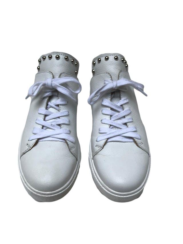 Slippers Donna Cattiva estilo zapatilla de cuero blanco con aplicaciones plateadas en la lengüeta. Estado 8.5/10. Precio original S/ 300 foto 2