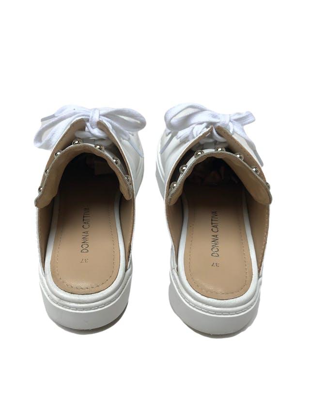 Slippers Donna Cattiva estilo zapatilla de cuero blanco con aplicaciones plateadas en la lengüeta. Estado 8.5/10. Precio original S/ 300 foto 3