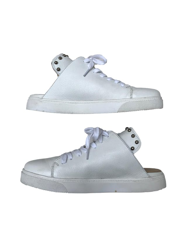 Slippers Donna Cattiva estilo zapatilla de cuero blanco con aplicaciones plateadas en la lengüeta. Estado 8.5/10. Precio original S/ 300 foto 4