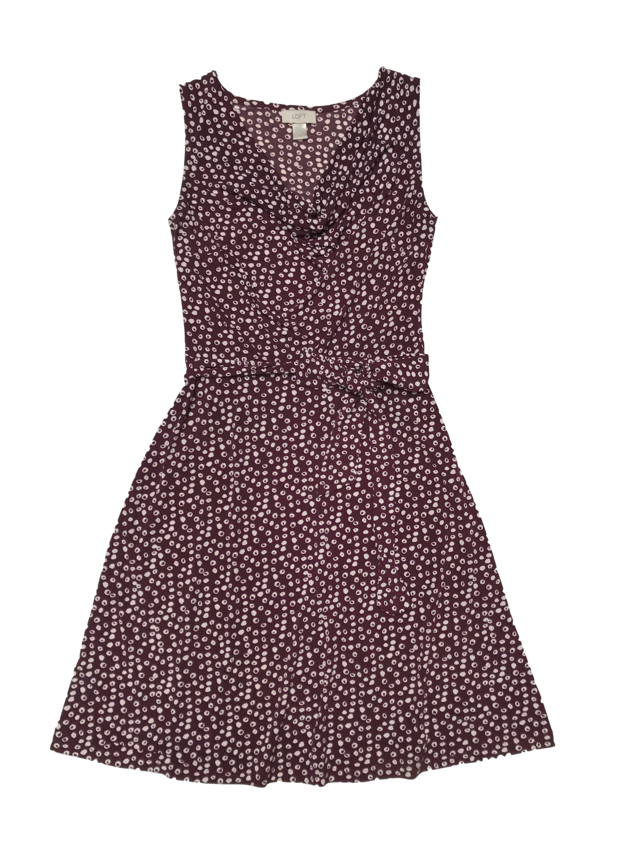 Vestido Loft de tela stretch guinda con print crema, cuello caído y lazo en la cintura. Largo 96cm