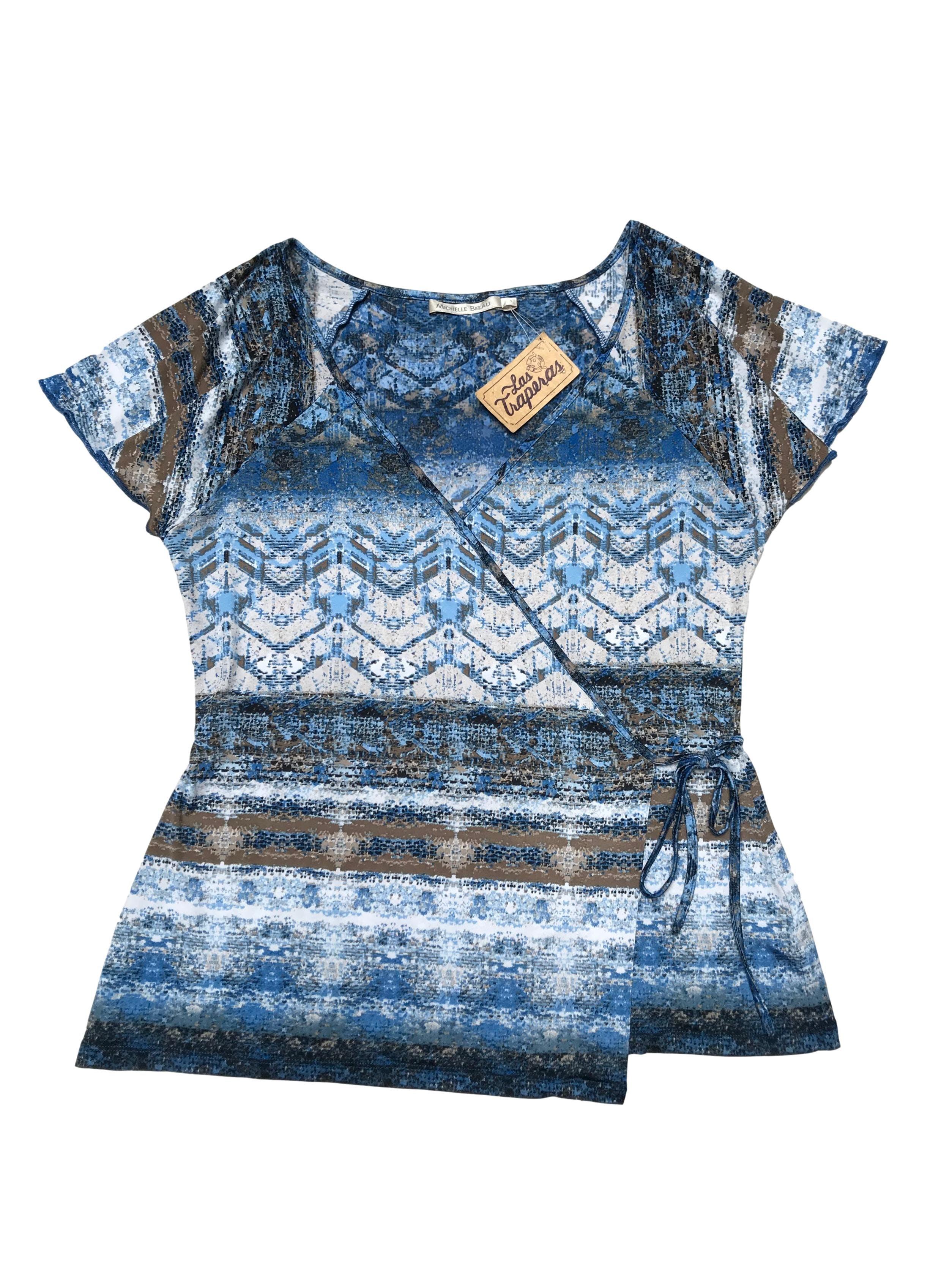 Blusa Michelle Belau envolvente, de tela stretch con estampado azul, blanco y marrón. Precio original S/ 160