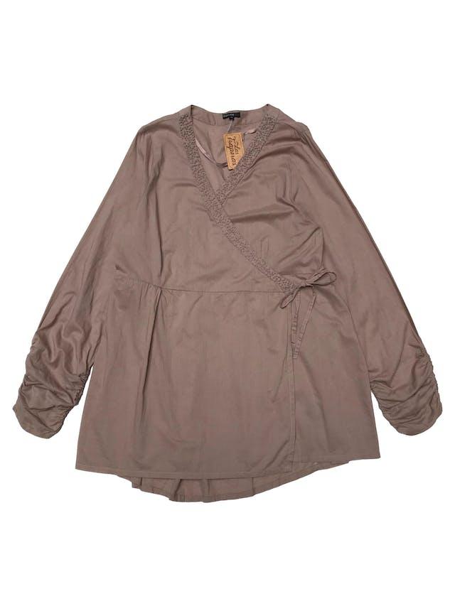Blusa KappAhl 100% algodón, cruzada con tiras para amarrar, bordado en cuello y recogido en puños. Largo 75cm foto 1