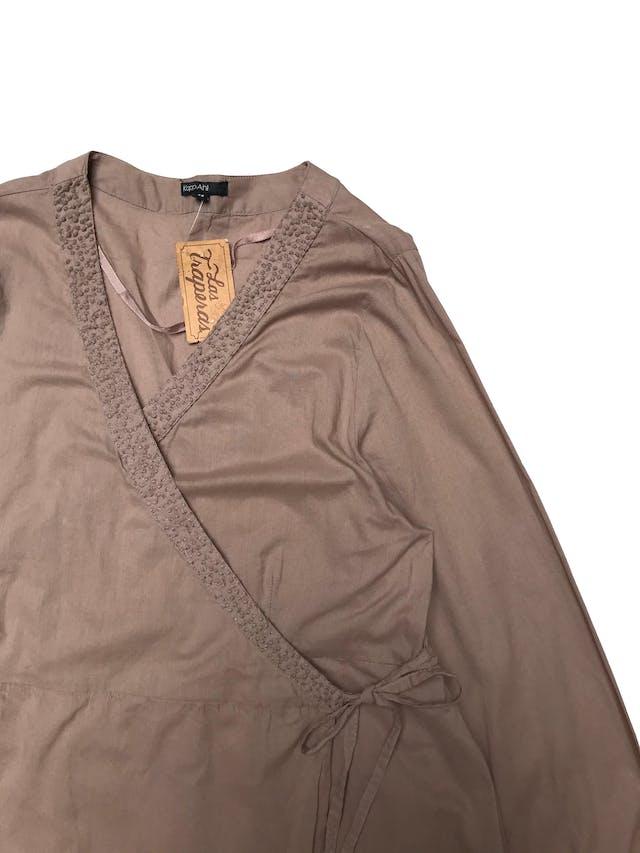 Blusa KappAhl 100% algodón, cruzada con tiras para amarrar, bordado en cuello y recogido en puños. Largo 75cm foto 2
