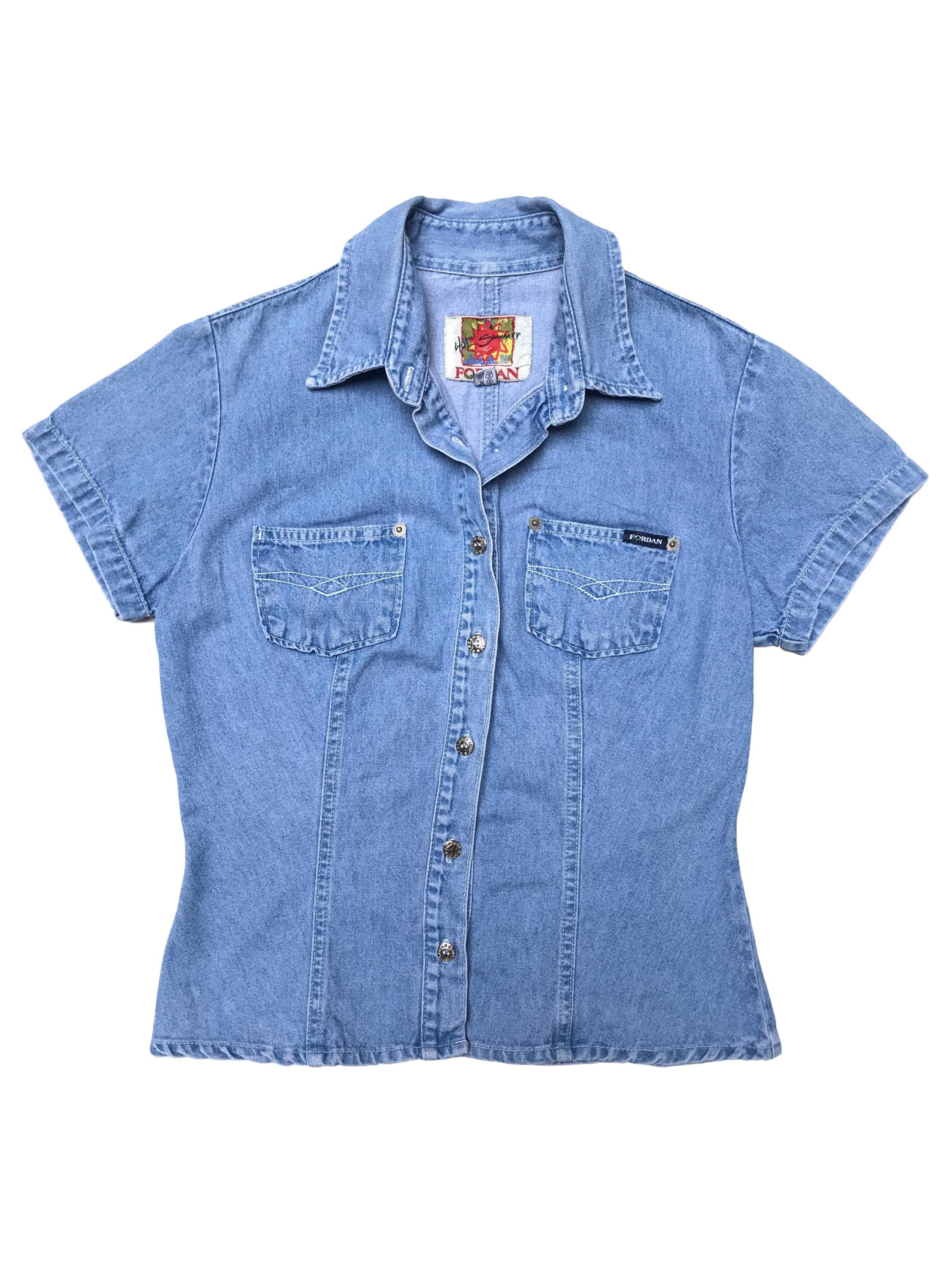 Blusa vintage de jean, lleva pinzas y bolsillos en el pecho. Busto 95cm