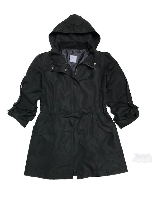 Casaca Bohem negra con capucha, cinto, mangas remangadas y lleva forro. Largo 71cm foto 1
