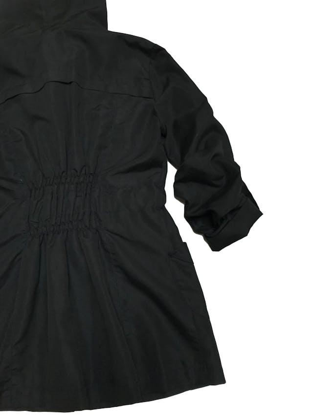 Casaca Bohem negra con capucha, cinto, mangas remangadas y lleva forro. Largo 71cm foto 2
