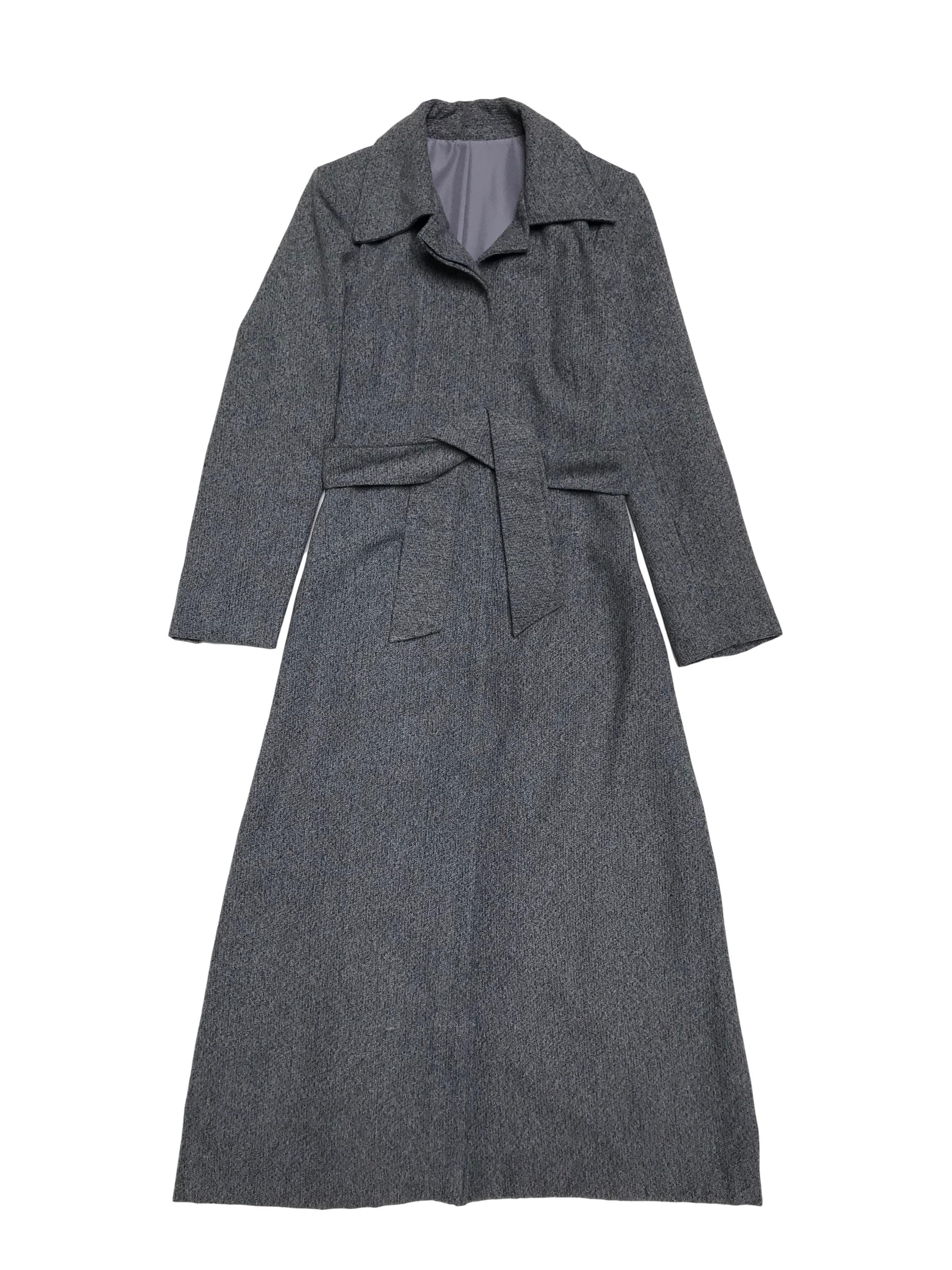 Abrigo largo tipo lanilla gris con fila de botones y cinto, corte en A con abertura posterior en la basta. Busto 94cm Largo 125cm