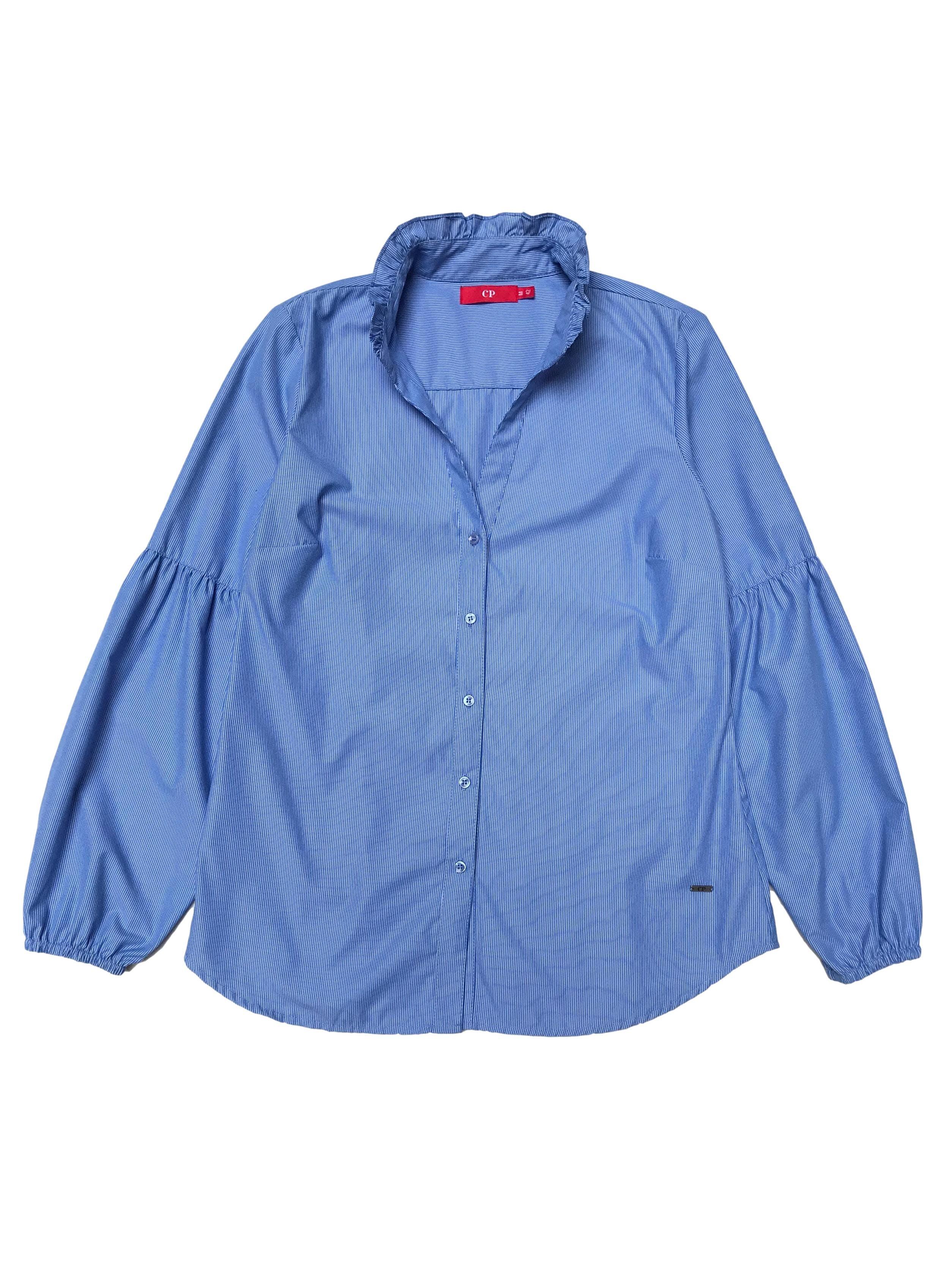 Blusa CP a rayas celestes y blancas, 100% algodón, con bobitos en el cuello y mangas bombachas. Busto 102cm. Precio original S/ 170.