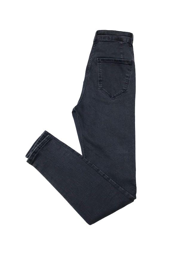 Jegging Zara a la cintura, jean gris efecto lavado stretch con cierre, botón delantero y bolsillos atrás. Cintura 62cm sin estirar foto 2