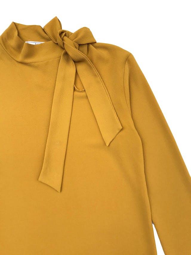 Blusa de crepé mostaza con lazo lateral en el cuello. Busto 96cm Largo 60cm  foto 2