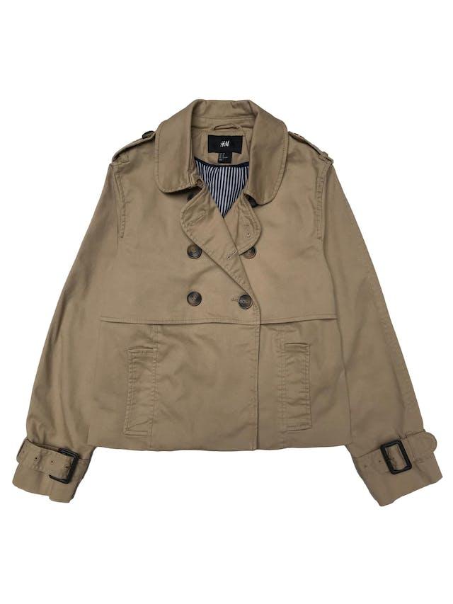 Chaqueta H&M estilo trench corto de drill beige 97% algodón, forrado, doble fila de botones y correas en puños. ¡Hermoso! Precio original S/ 190 foto 1