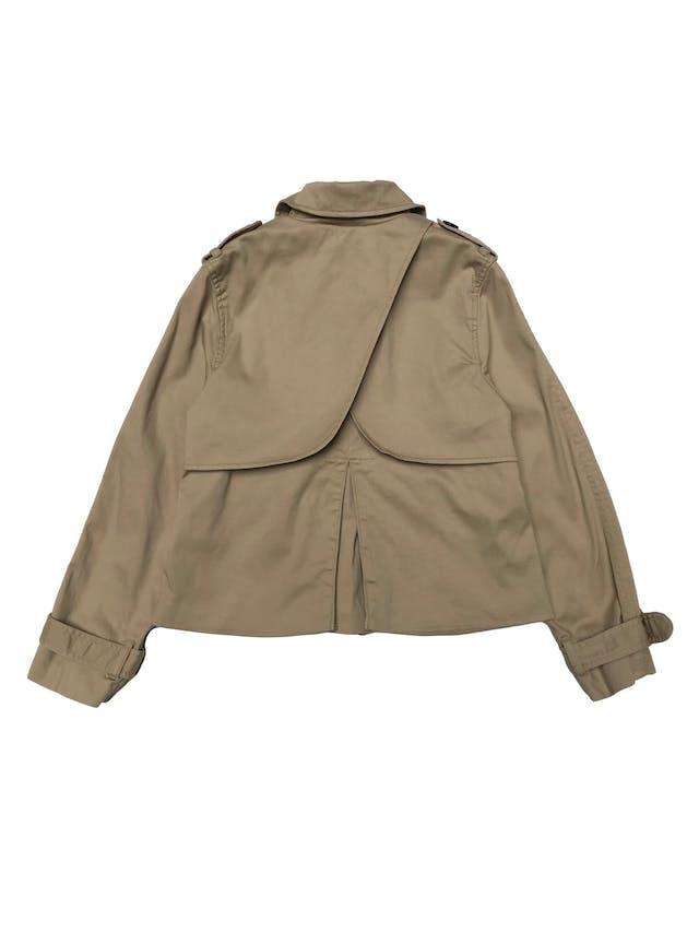 Chaqueta H&M estilo trench corto de drill beige 97% algodón, forrado, doble fila de botones y correas en puños. ¡Hermoso! Precio original S/ 190 foto 2