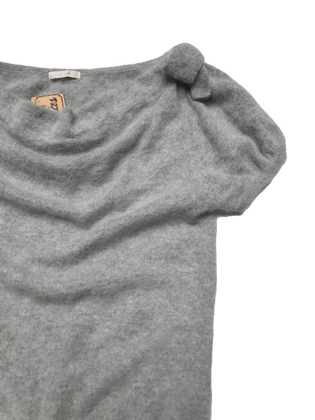 Chompa ploma de lana y angora con lacitos en los hombros. Largo 55cm foto 2