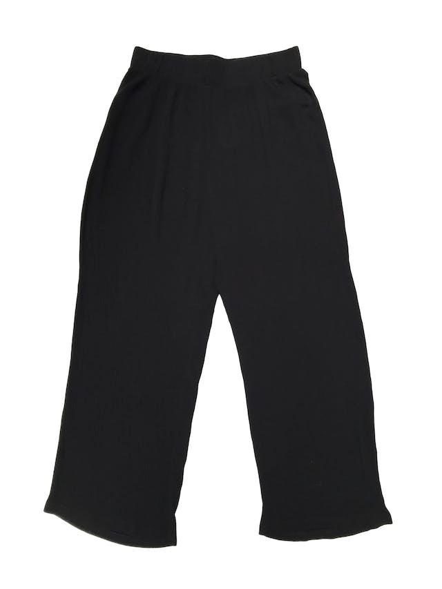 Pantalón a la cintura negro texturado con elástico en la pretina, sobre el tobillo. Largo 90cm foto 1