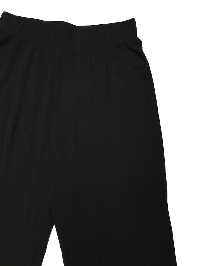 Pantalón a la cintura negro texturado con elástico en la pretina, sobre el tobillo. Largo 90cm foto 2