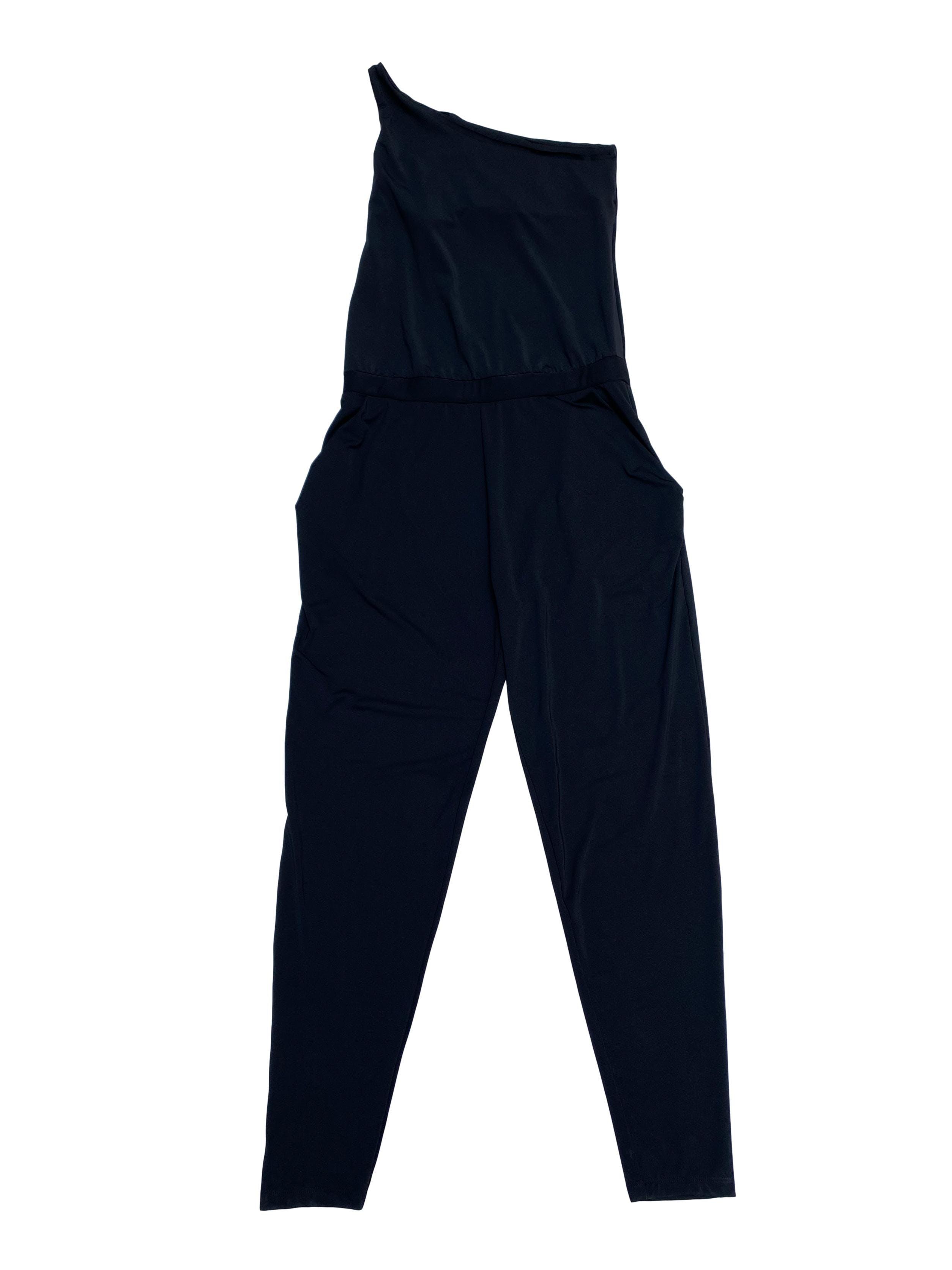 Enterizo pantalón one shoulder, de tela stretch, con elástico en la cintura y bolsillos laterales