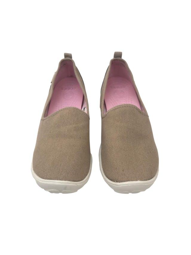 Crocs slip on de lona en tonos beige. Precio original S/ 279. Como nuevas, estado 9.5/10 foto 2