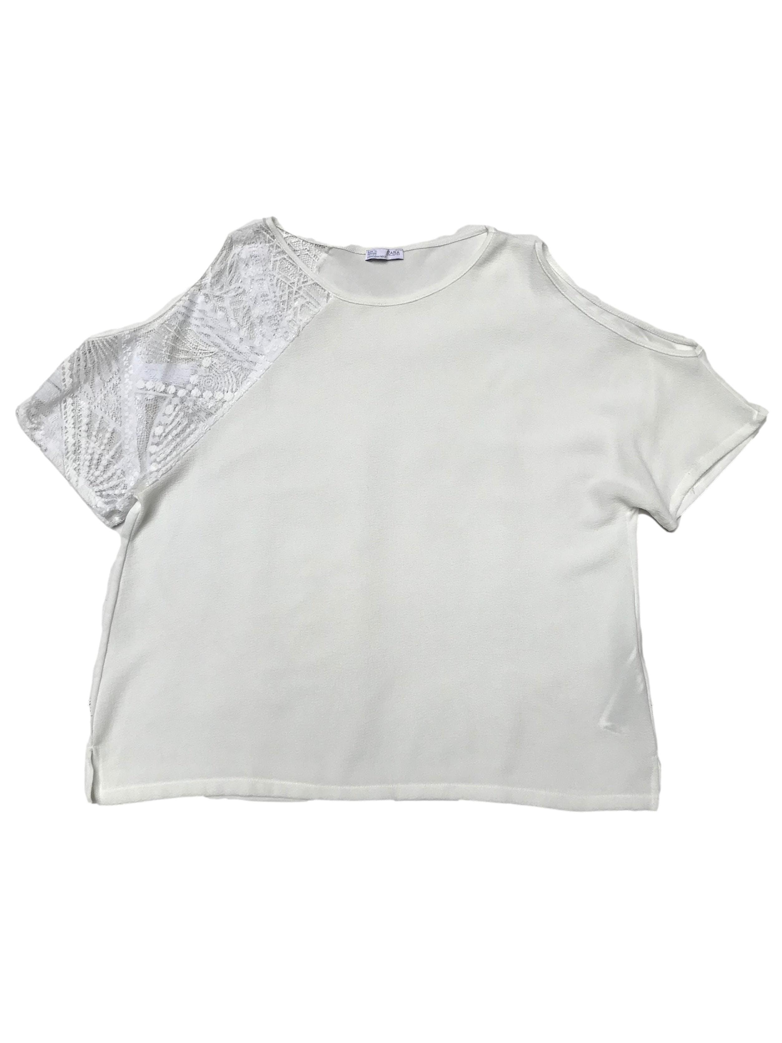 Blusa Zara tela plana texturada con encaje en un hombros y aberturas