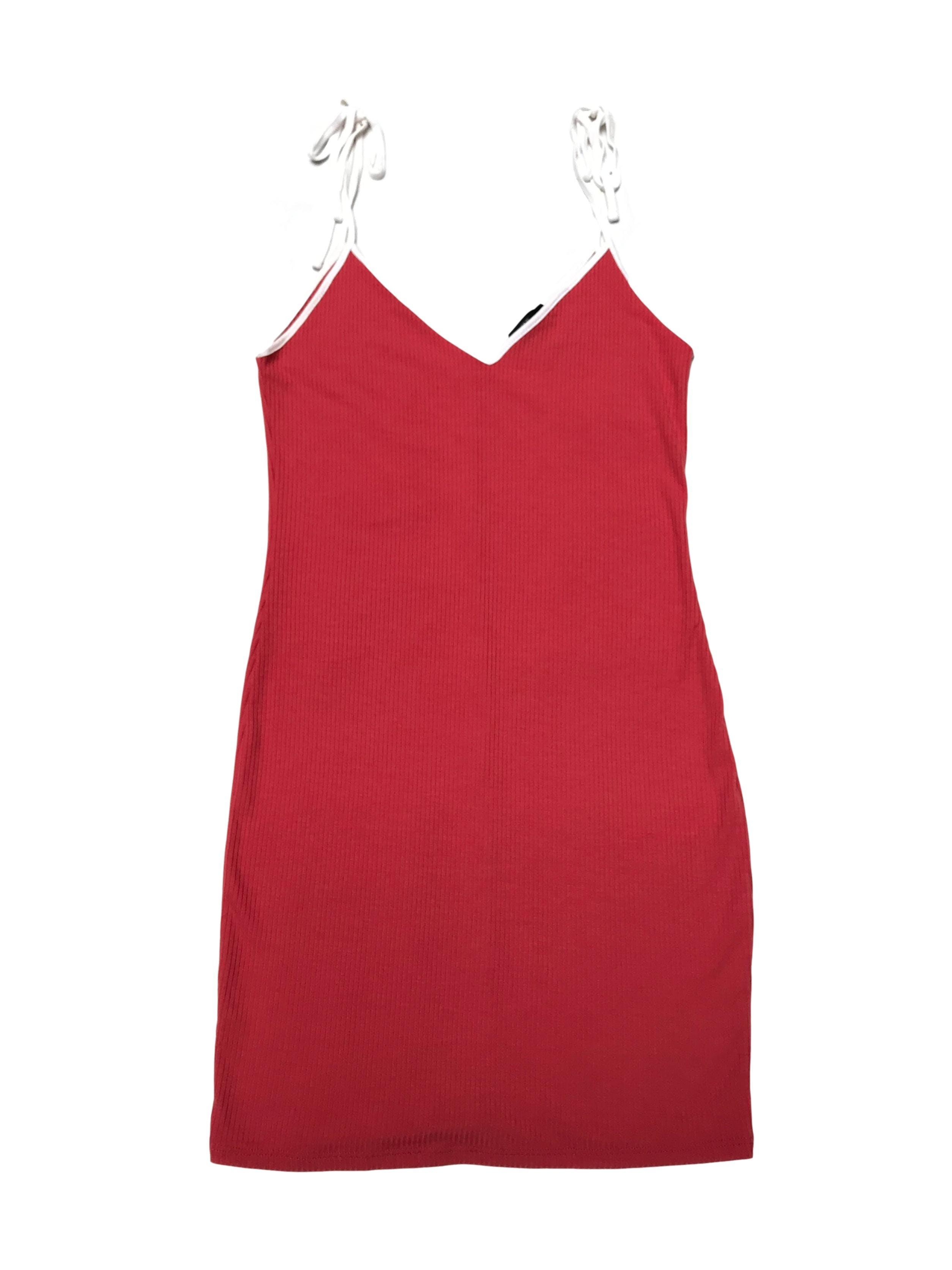 Vestido Forever21 de tela acanalada en tono ladrillo, tiritas que se amarran en los hombros. Largo desde sisa 66cm