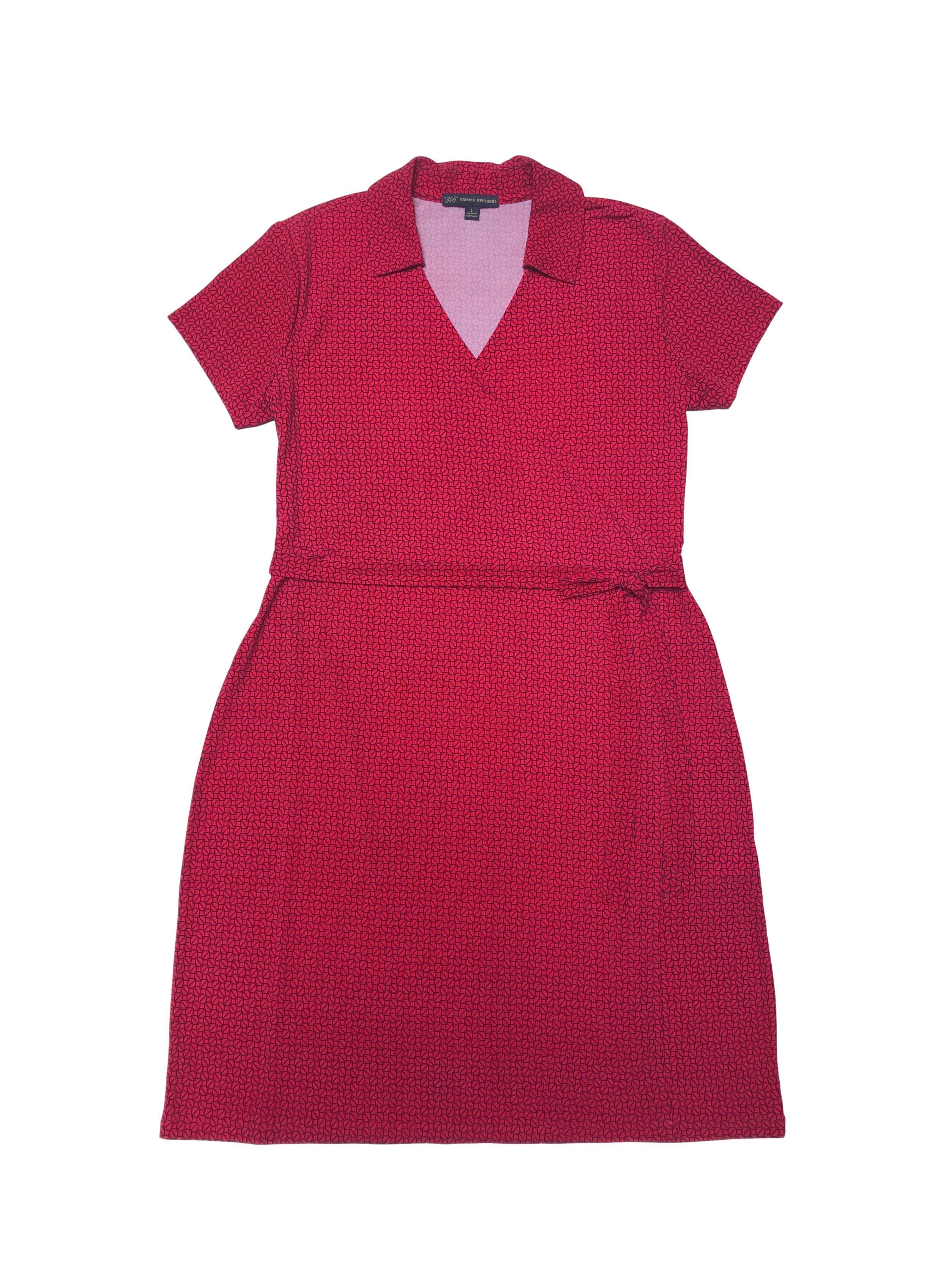 Vestido Brooks Brothers de tala stretch roja con print, escote cruzado y cinto para amarrar. Largo 100cm. Precio original S/ 650