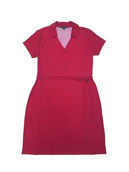 Vestido Brooks Brothers de tala stretch roja con print, escote cruzado y cinto para amarrar. Largo 100cm. Precio original S/ 650 foto 1