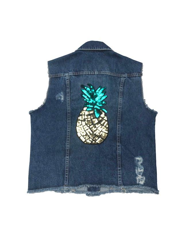 Chaleco Denimlab de jean con rasgados y detalles desflecados, aplicación de mostacillas en la espalda. foto 2