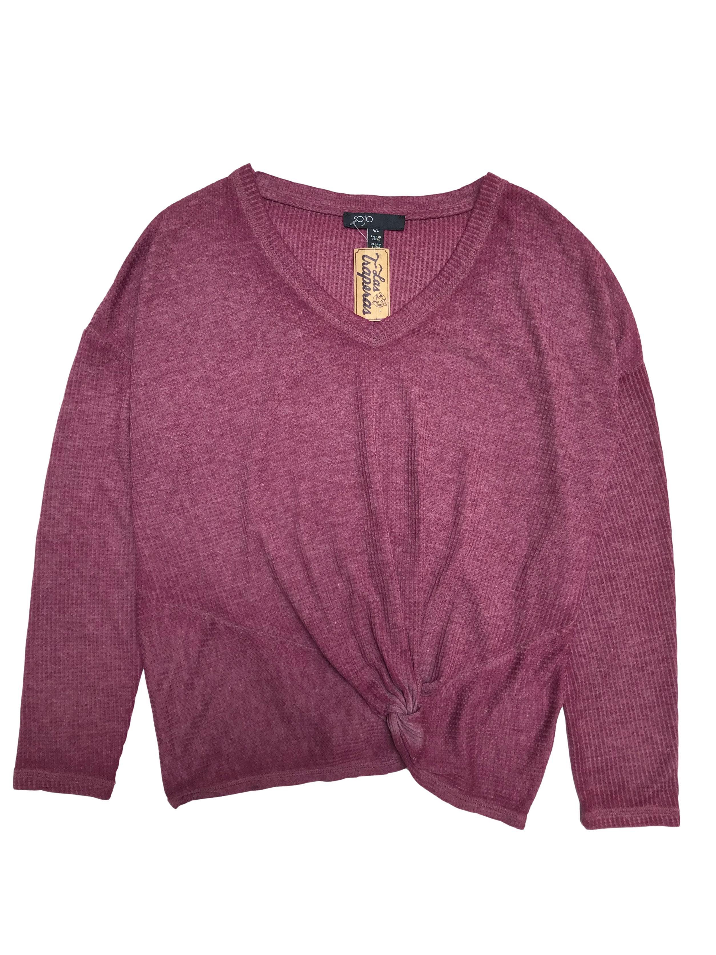 Polo Sojo guinda con textura y efecto lavado, cuello en V y recogido delantero, 58% algodón.