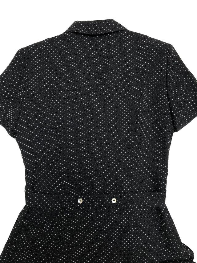 Vestido vintage midi, de gasa negra con puntitos blancos, forrado, con botones nacarados a lo largo y falda en A. Hermoso. Busto 100cm Cintura 80cm Largo 115cm foto 2