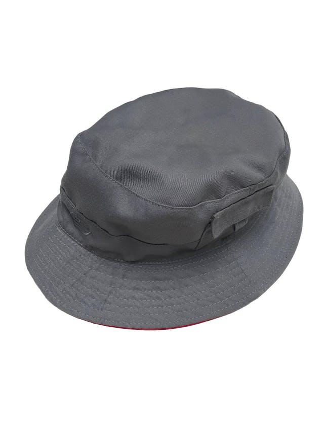 Bucket hat reversible rojo y plomo foto 2