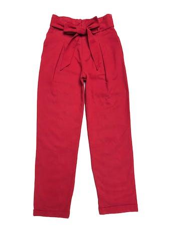 Pantalón Zara estilo paper bag con bolsillos laterales y dobladillo en la basta, de drill rojo 53% algodón 47% lyocell. Cintura 68cm Largo 94cm foto 1