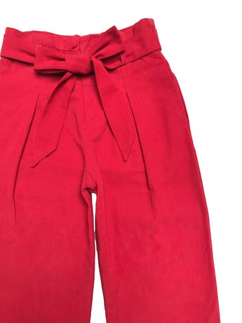 Pantalón Zara estilo paper bag con bolsillos laterales y dobladillo en la basta, de drill rojo 53% algodón 47% lyocell. Cintura 68cm Largo 94cm foto 2