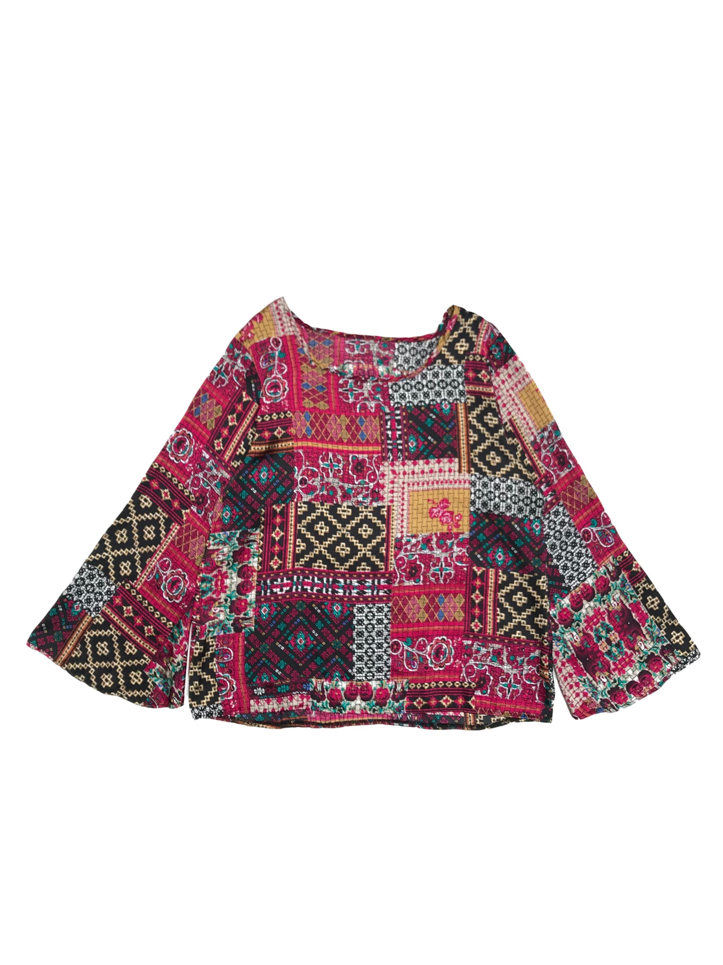 Blusa tipo seda con estampado estilo patchwork, manga semicampana