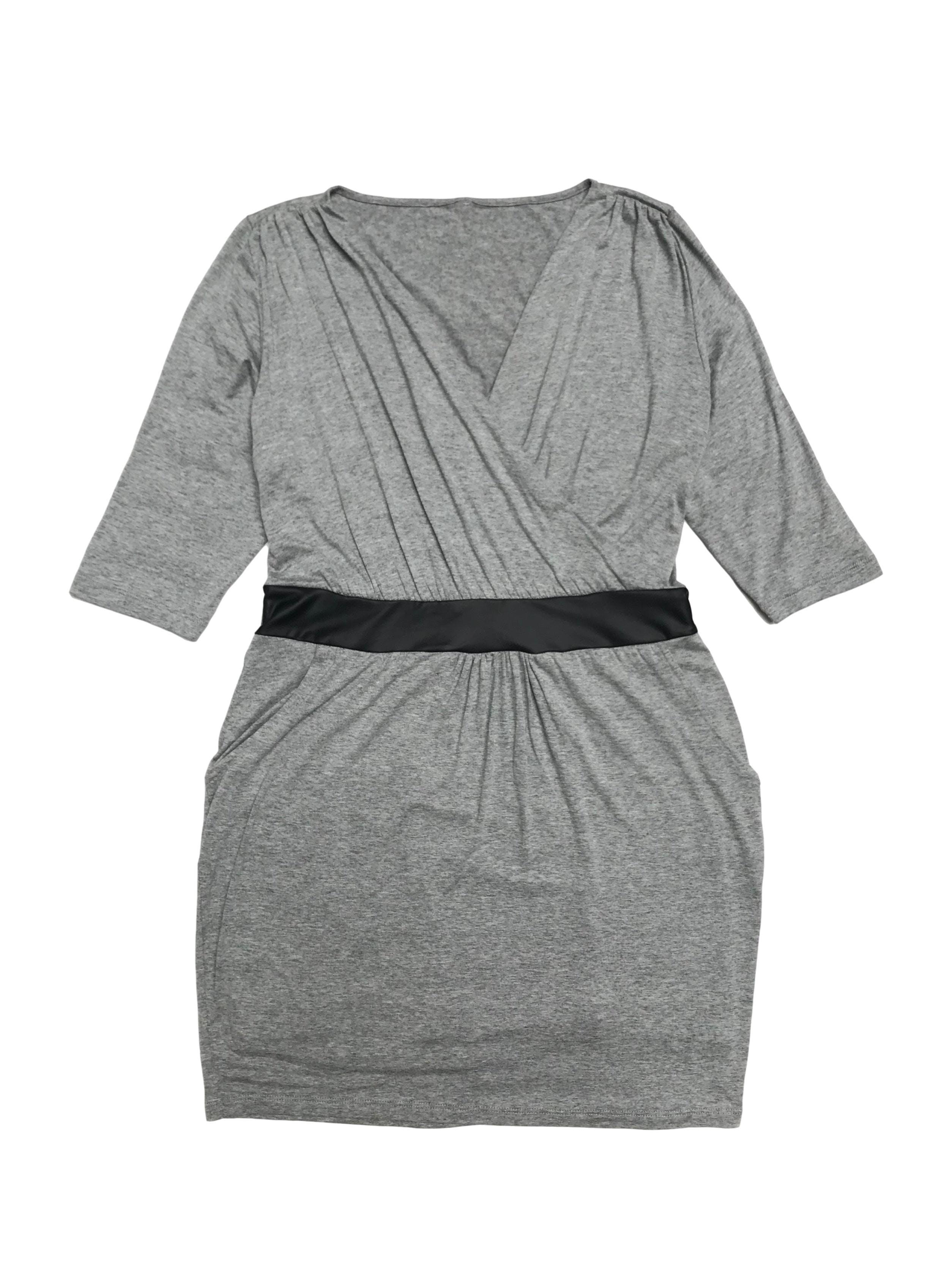 Vestido tipo algodón plomo, manga 3/4, escote cruzado, elástico en la cintura y bolsillos en falda. Largo 82cm