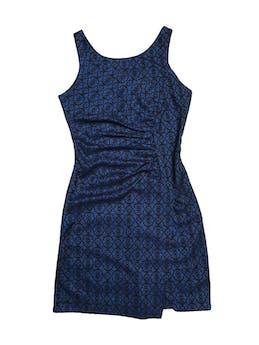 Vestido Blue7 azul con textura tipo encaje negra, drapeado delantero y cierre en la espalda. Largo 88cm foto 1