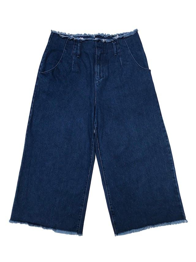 Jean culotte wide leg, tiro alto con bolsilloa laterales y desflecado en cintura y basta. Cintura 88cm (regulable con correa) Largo 90cm foto 1