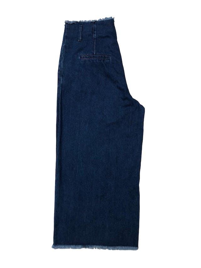 Jean culotte wide leg, tiro alto con bolsilloa laterales y desflecado en cintura y basta. Cintura 88cm (regulable con correa) Largo 90cm foto 2