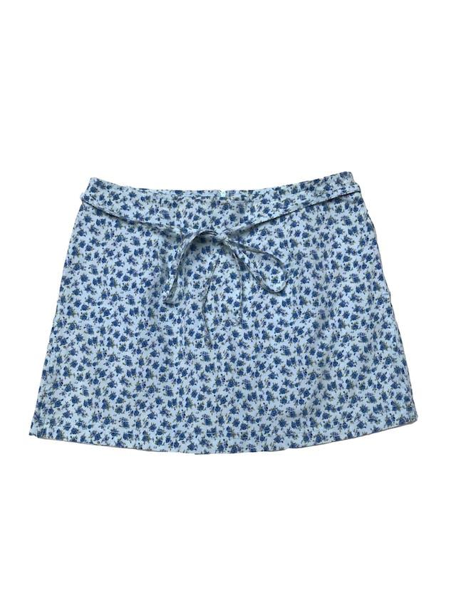 Falda short celeste con pinrt de florcitas azules, cierre posterior y con tiras para amarrar. Cintura 70cm Largo 32cm foto 1