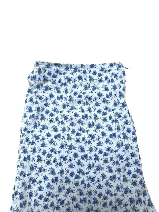 Falda short celeste con pinrt de florcitas azules, cierre posterior y con tiras para amarrar. Cintura 70cm Largo 32cm foto 2