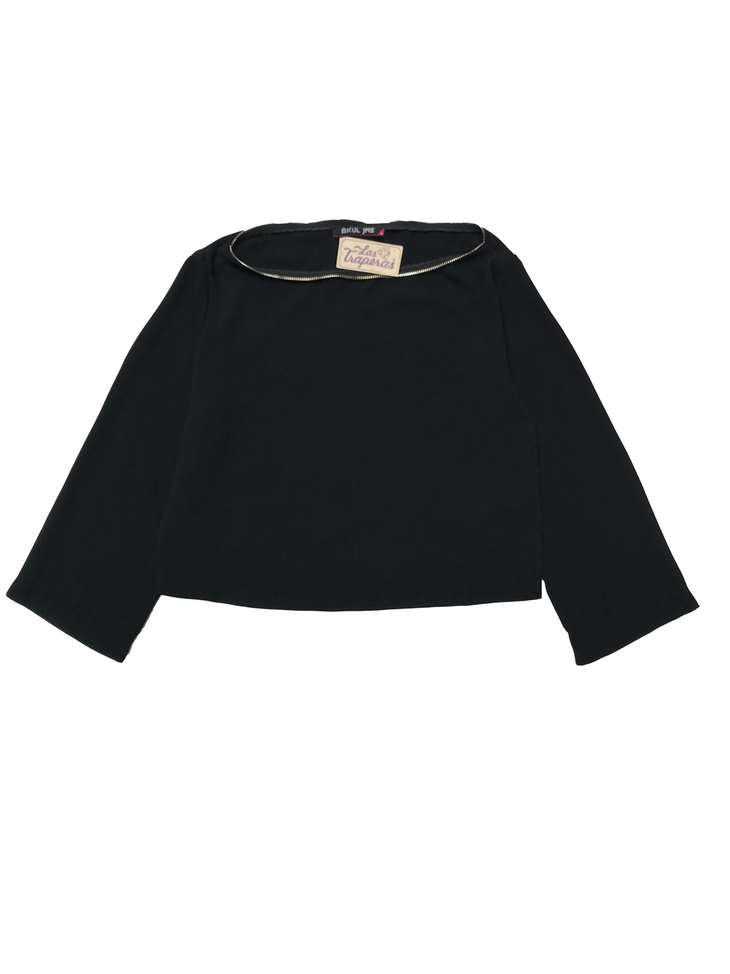 Blusa crop negra con detalle tipo cierre en el cuello. Largo 42cm