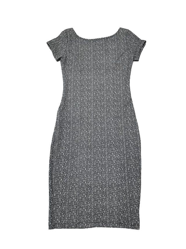 Vestido a la rodilla ligeramente stretch, patrón blanco y negro, escote cuadrado en la espalda. Largo 95cm foto 1
