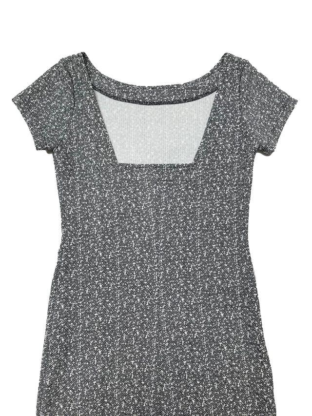 Vestido a la rodilla ligeramente stretch, patrón blanco y negro, escote cuadrado en la espalda. Largo 95cm foto 2